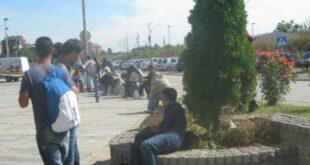 379006 azilanti-ispred-zgrade-policije01foto-predrag-vujanac f